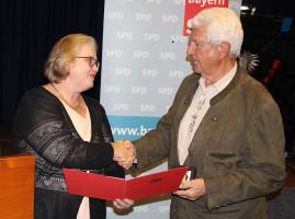 August Werner, der langjährige Unterbezirksvorsitzende und stellvertretende Bezirks- und Landesvorsitzende, wurde von der Landesvorsitzenden der SPD-AG 60plus, Jella Teuchner, mit der Willy-Brandt-Medaille ausgezeichnet. Foto: Dieter Britz